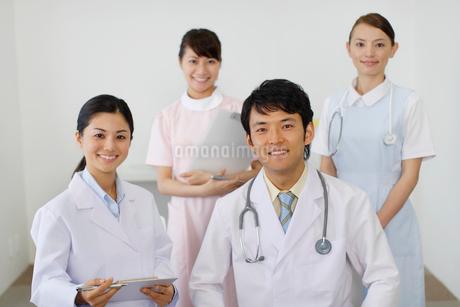 医師とナースのポートレートの写真素材 [FYI02018052]