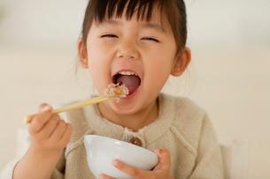 十穀米を食べる女の子の写真素材 [FYI02018054]