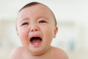 泣いている男の子の赤ちゃんの写真素材 [FYI02018077]