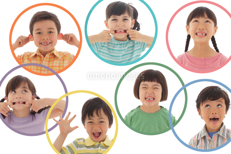 面白い顔をする男の子と女の子の写真素材 [FYI02018087]