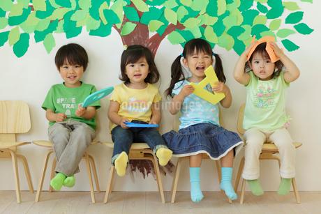 アルファベットを持つ園児の写真素材 [FYI02018114]