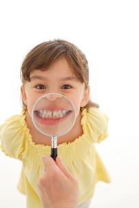 歯科検診を受けるハーフの女の子の写真素材 [FYI02018189]