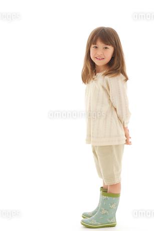 長靴を履いているハーフの女の子の写真素材 [FYI02018195]