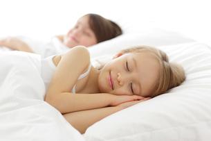 ベッドで眠る幼い兄妹の写真素材 [FYI02018216]