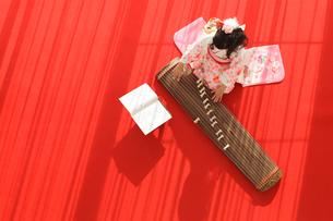 振り袖を着てお琴を弾く女の子の写真素材 [FYI02018260]
