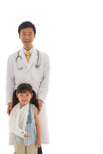 医師と患者の女の子のポートレートの写真素材 [FYI02018272]