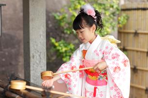 七五三詣りの女の子の写真素材 [FYI02018284]