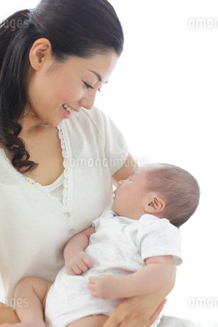 新生児を抱っこする新米ママの写真素材 [FYI02018298]