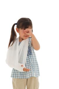 泣いている骨折している女の子の写真素材 [FYI02018305]