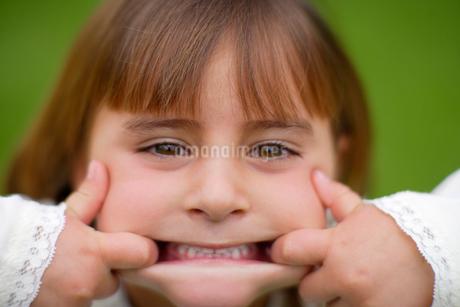 おどけた表情の白人の女の子の写真素材 [FYI02018318]