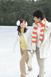 手を繋いでスケートを滑るカップルの写真素材 [FYI02018368]