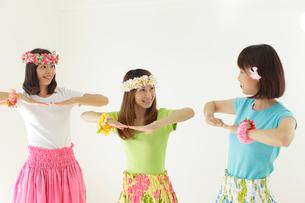フラダンスを踊る女性達の写真素材 [FYI02018374]