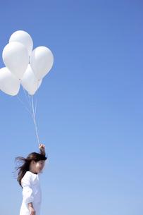 風船を持つ女の子の写真素材 [FYI02018385]