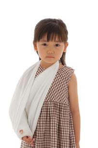 泣いている骨折している女の子の写真素材 [FYI02018603]