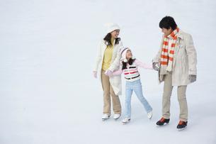 手を繋いでスケートを滑る親子の写真素材 [FYI02018668]