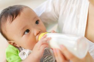 哺乳瓶でミルクを飲む赤ちゃんの写真素材 [FYI02018686]