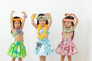 フラダンスを踊る子ども達の写真素材 [FYI02018700]