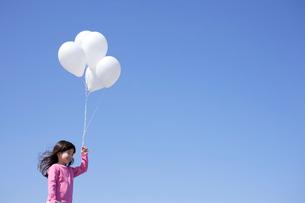 風船を持つ女の子の写真素材 [FYI02018771]