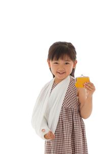 お財布を手に持つ骨折している女の子の写真素材 [FYI02018772]
