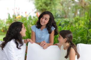 談笑する外国人姉妹の写真素材 [FYI02018799]
