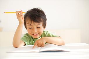 勉強をする男の子の写真素材 [FYI02018916]