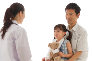 診察を受ける女の子とお父さんの写真素材 [FYI02019008]