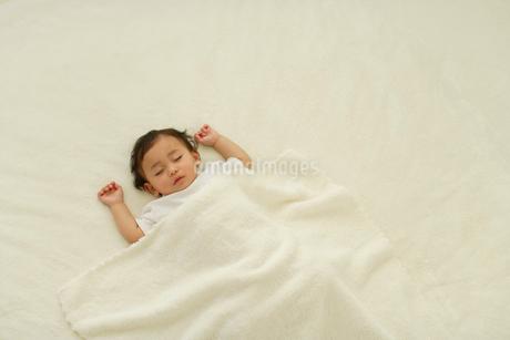 お昼寝する赤ちゃんの写真素材 [FYI02019010]