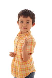 空手ポーズをする男の子の写真素材 [FYI02019028]