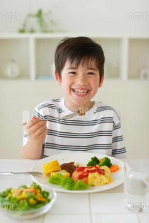 食事をする男の子の写真素材 [FYI02019067]