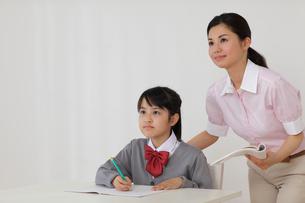 先生に勉強を教わる女の子の写真素材 [FYI02019101]