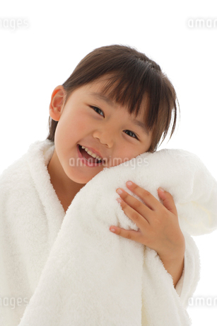 真っ白いタオルに包まれる女の子の写真素材 [FYI02019132]