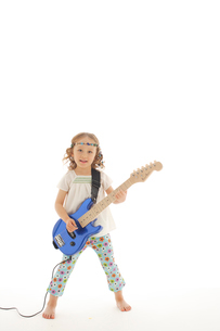 エレキギターを掻き鳴らす女の子の写真素材 [FYI02019137]