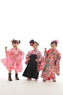 ダンスを踊る3人の七五三祝いの女の子の写真素材 [FYI02019149]