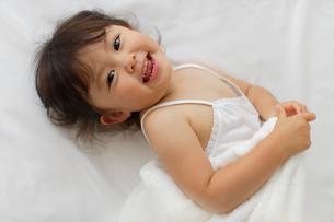 ゴロゴロする女の子の写真素材 [FYI02019177]
