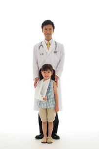 医師と患者の女の子のポートレートの写真素材 [FYI02019258]
