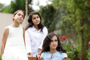 外国人姉妹のポートレートの写真素材 [FYI02019260]