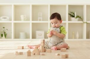 木の積み木で遊ぶ赤ちゃんの写真素材 [FYI02019275]
