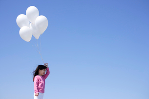 風船を持つ女の子の写真素材 [FYI02019276]
