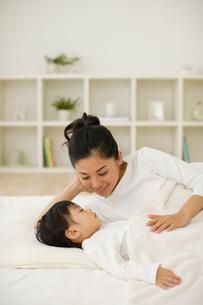眠る子供を見守るお母さんの写真素材 [FYI02019313]