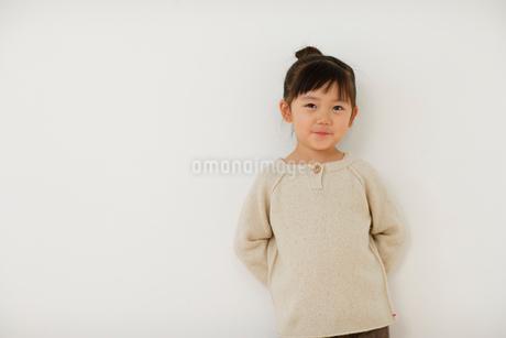 セーターを着た女の子のポートレートの写真素材 [FYI02019354]