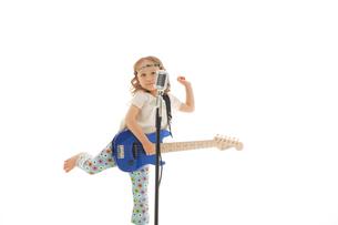 エレキギターを掻き鳴らす女の子の写真素材 [FYI02019360]
