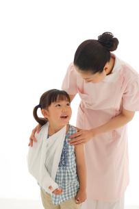 骨折している女の子と看護師の写真素材 [FYI02019376]