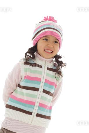 セーターを着てニット帽をかぶっている女の子の写真素材 [FYI02019414]