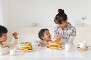 ホットケーキを食べる兄弟とママの写真素材 [FYI02019430]