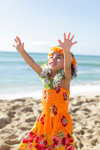 海岸でフラダンスを踊っているハーフの女の子の写真素材 [FYI02019437]