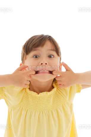 おどけているハーフの女の子の写真素材 [FYI02019457]