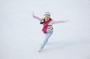 スケートを滑る女の子の写真素材 [FYI02019484]