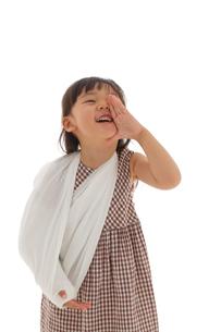 骨折している女の子のポートレートの写真素材 [FYI02019544]