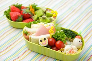 子供のキャラクター弁当の写真素材 [FYI02019555]