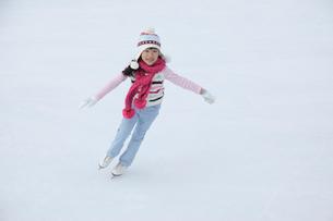 スケートを滑る女の子の写真素材 [FYI02019568]